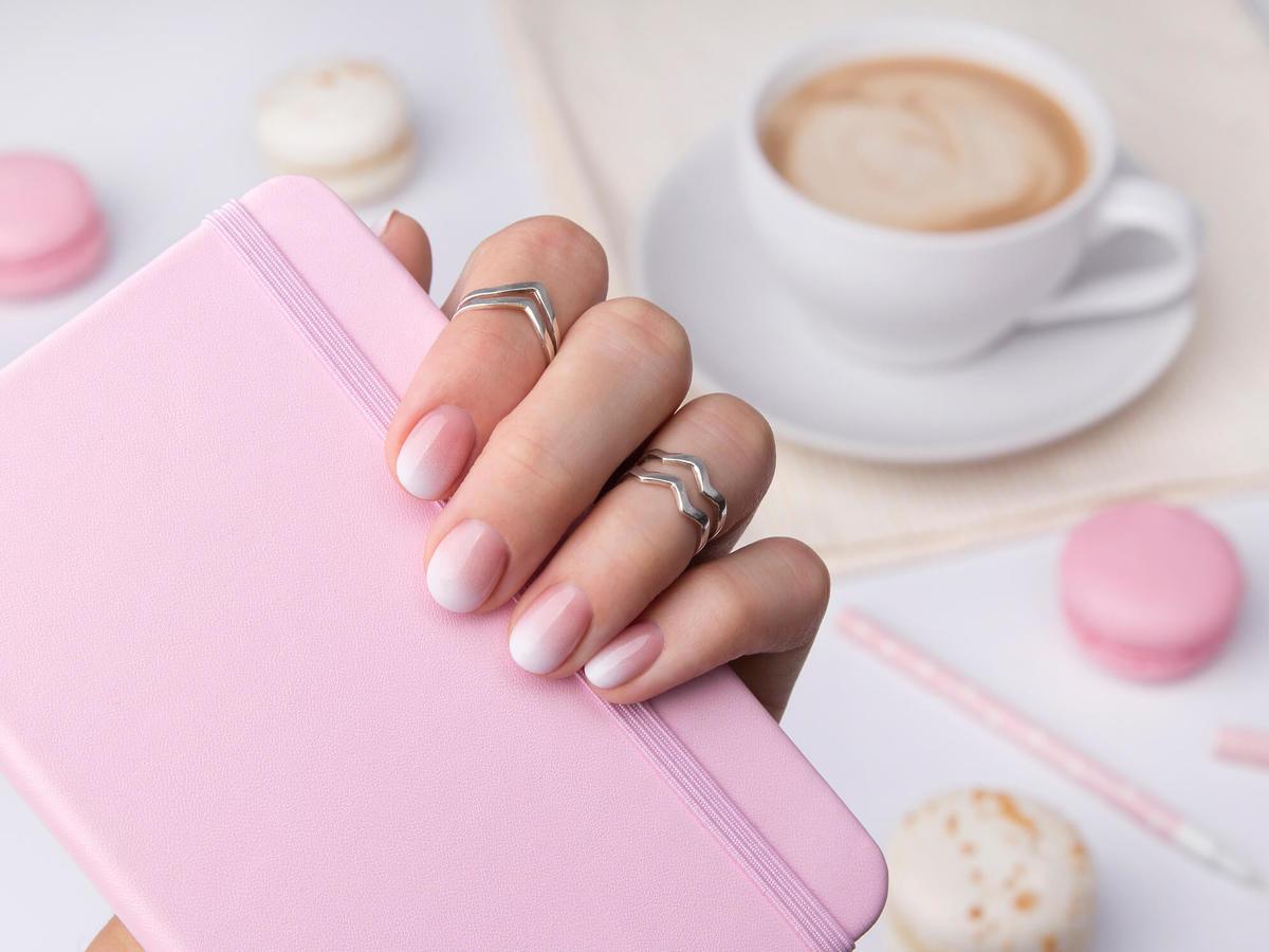 paznokcie różowe ombre