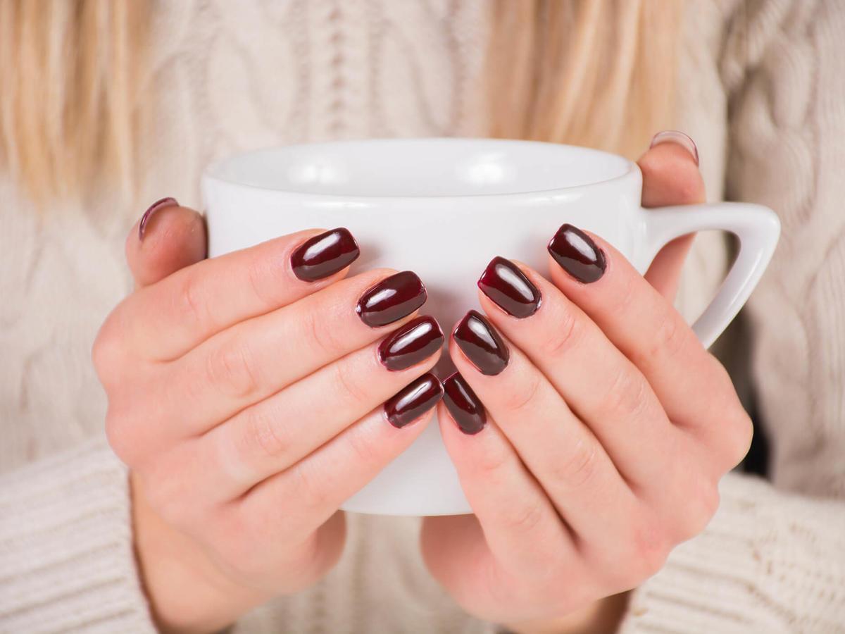 paznokcie w kolorze wina