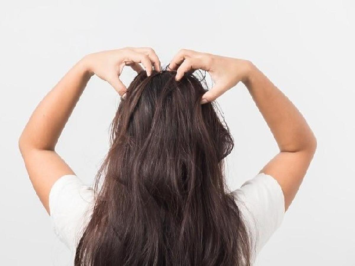 nakładanie peelingu do skóry głowy
