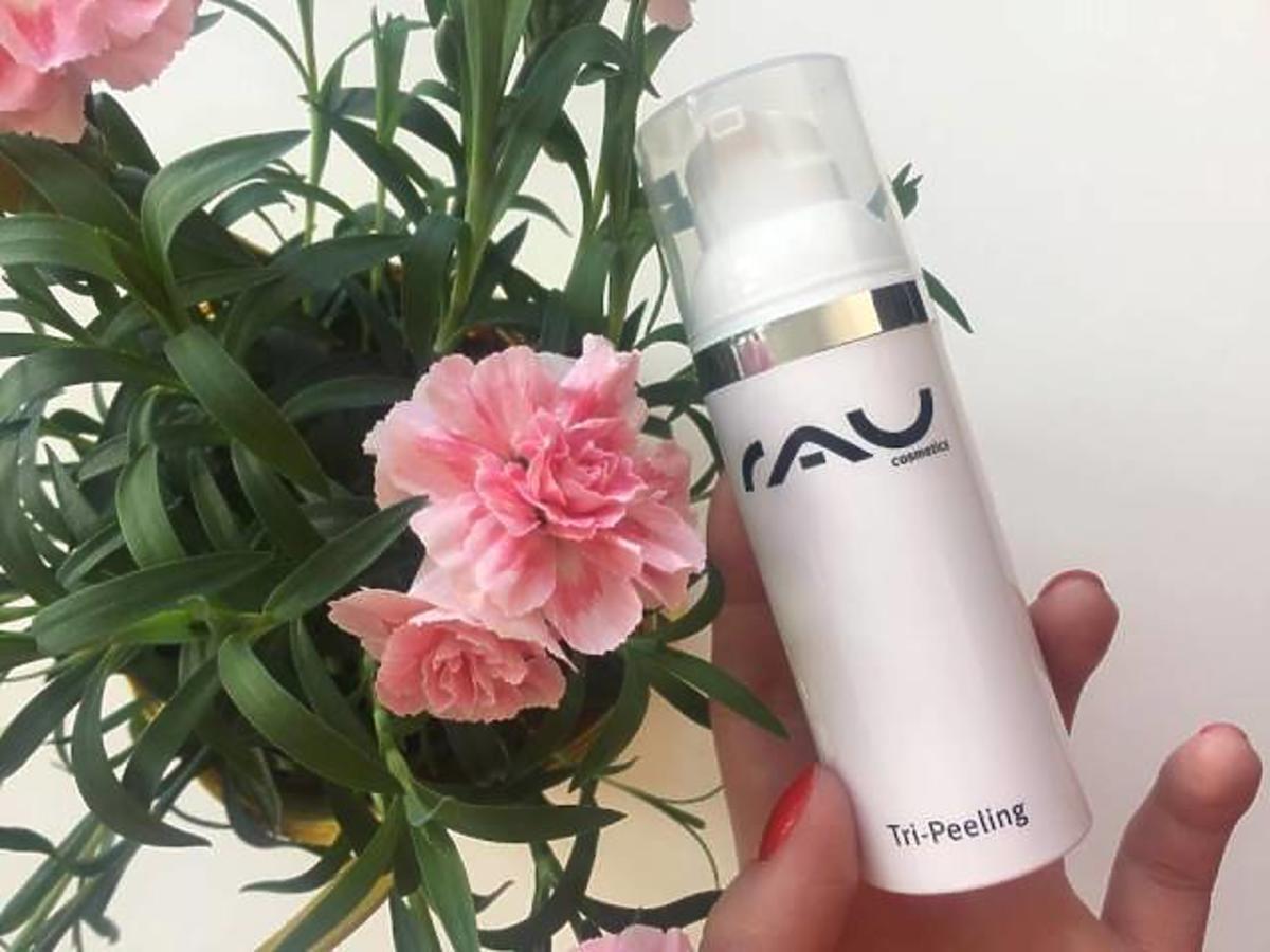 peeling rau cosmetics na tle różowych kwiatków