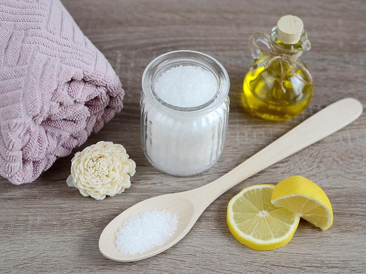 Peeling solny na ciało i twarz – dla kogo, jak stosować + TOP 3 z KWC