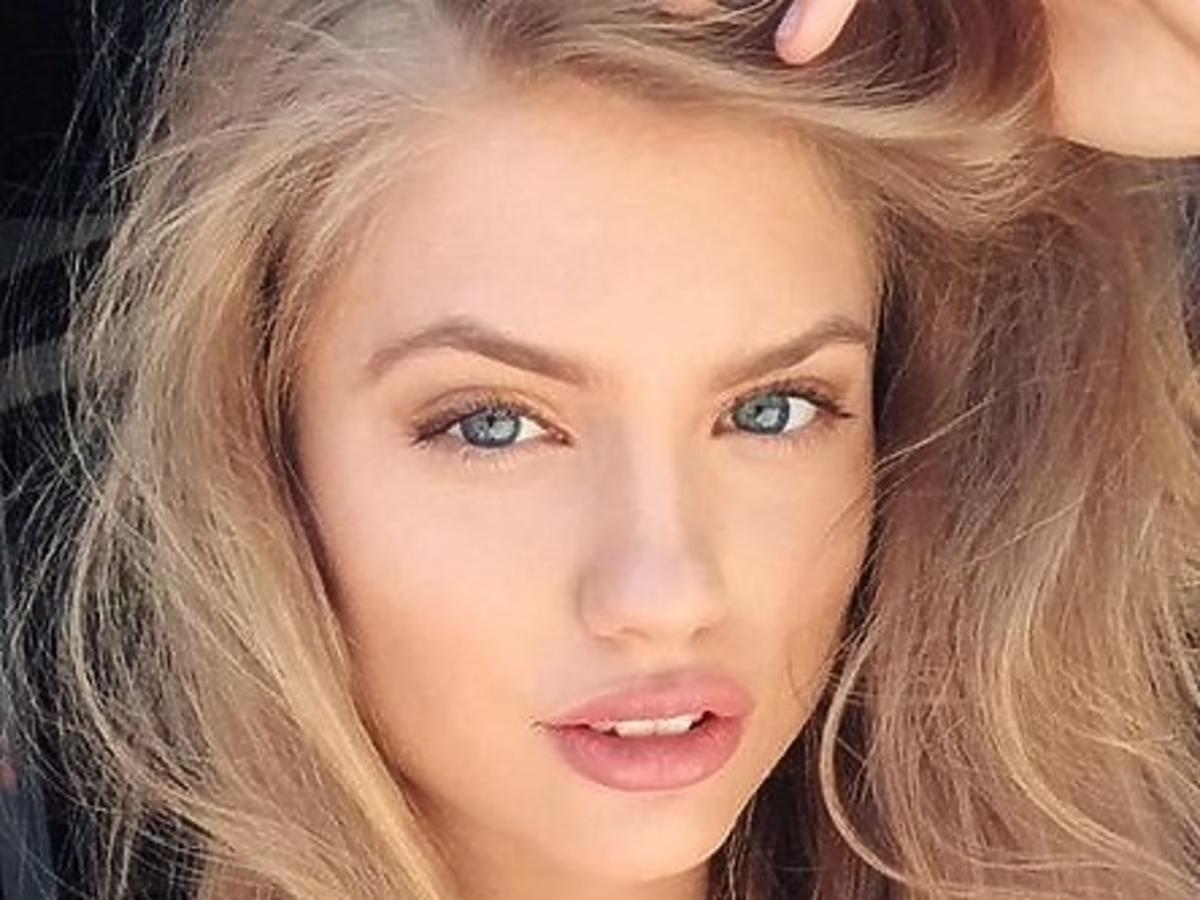 piękna blondynka selfie
