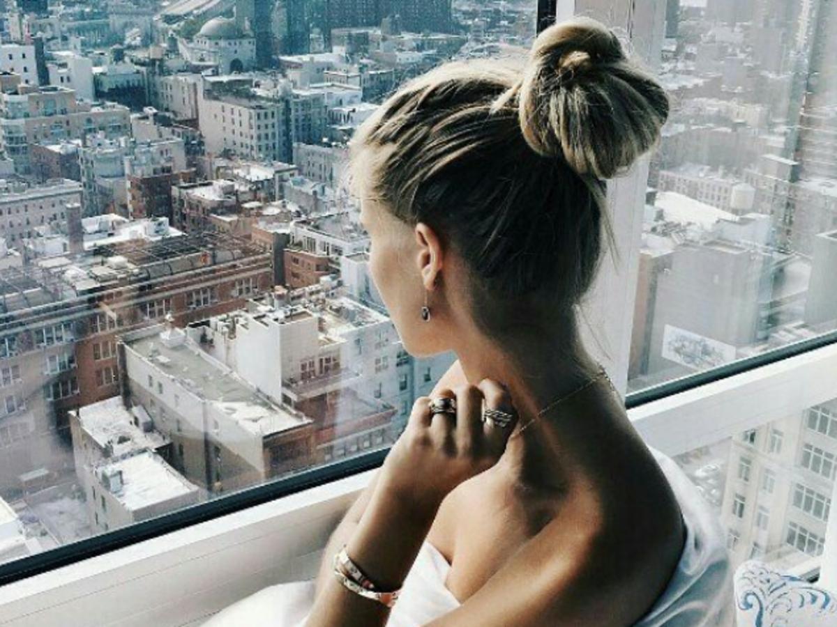 piękna dziewczyna w oknie z gładką skórą ramion i pleców