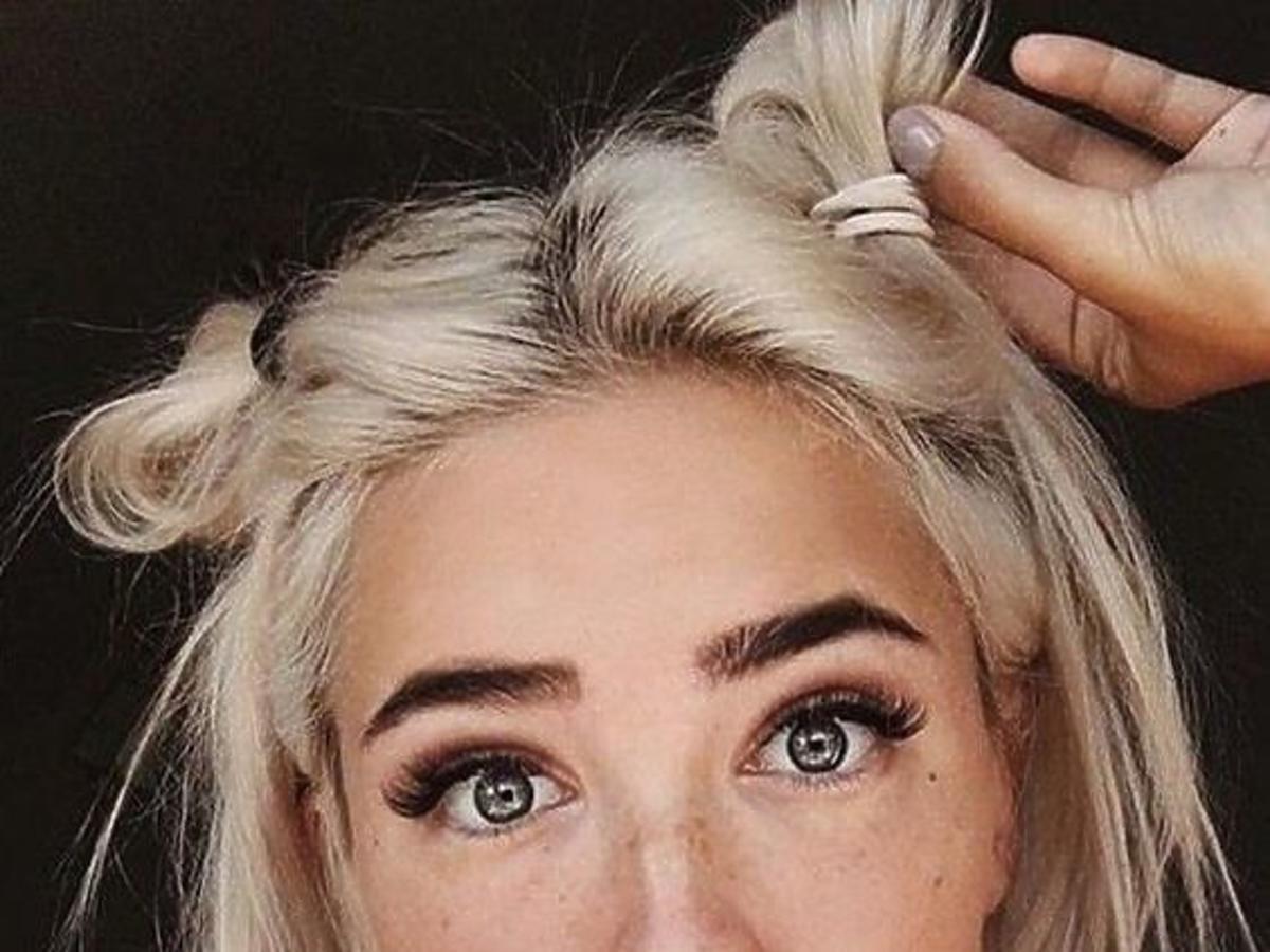 Piękna dziewczyna z krótkimi blond włosami w najmodniejszej fryzurze, czyli dwóch półkokach