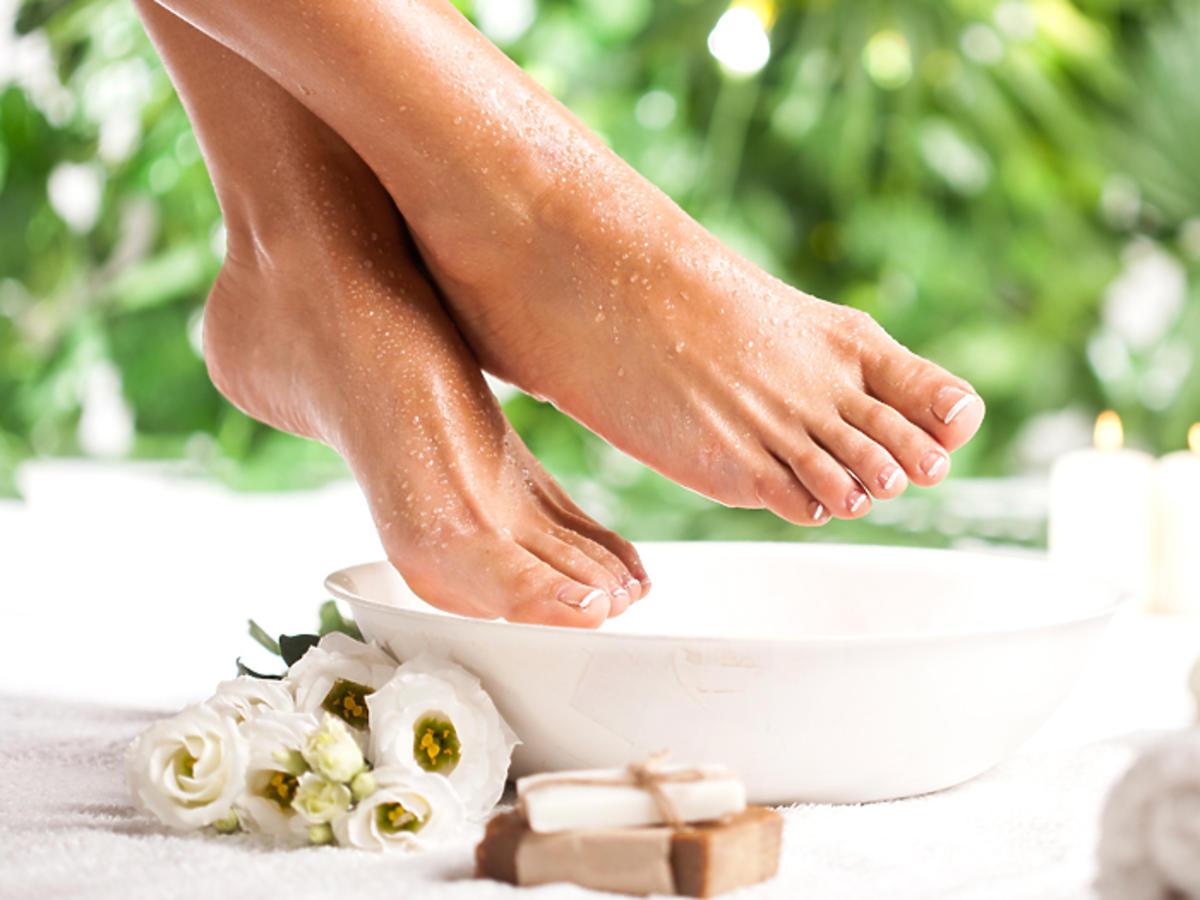 pielęgnacja stóp zabiegi domowe zabiegi profesjonalne pękające pięty sucha skóra na stopach