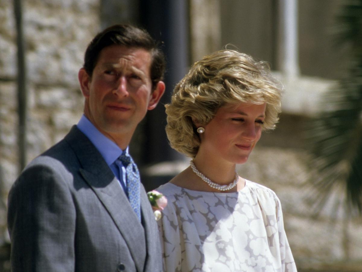Podczas jednego z wystąpień księżna Diana rozbiła Karolowi butelkę na głowie! Tylko zobaczcie to nagranie