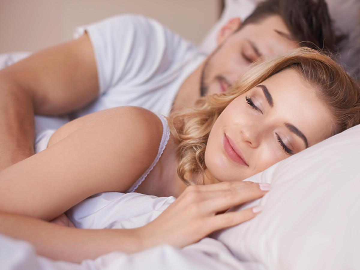 Pozycja, w której śpisz z partnerem mówi wiele o waszym związku