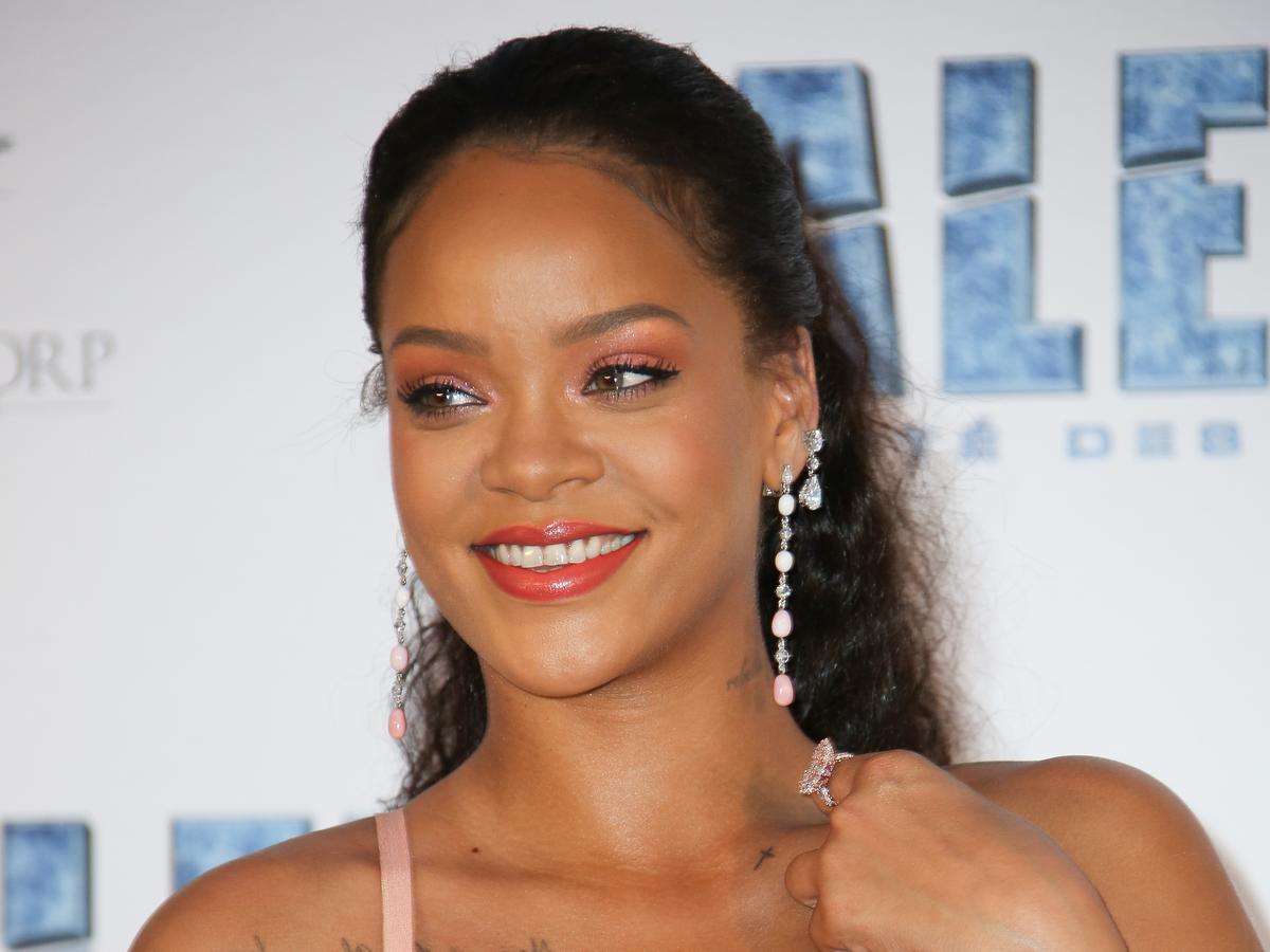 Rihanna w ciemnych włosach