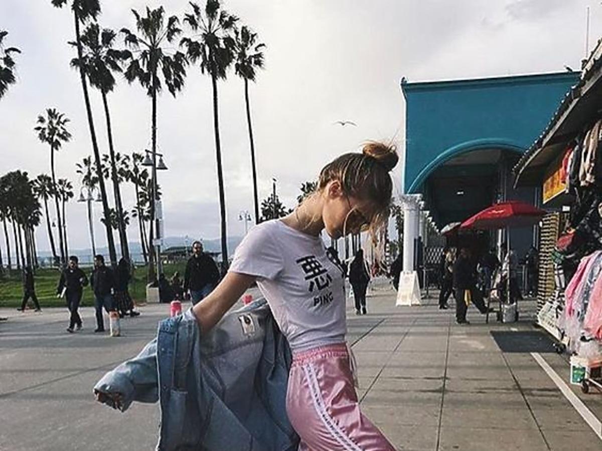 różowe dresy z lampasami stylizacja