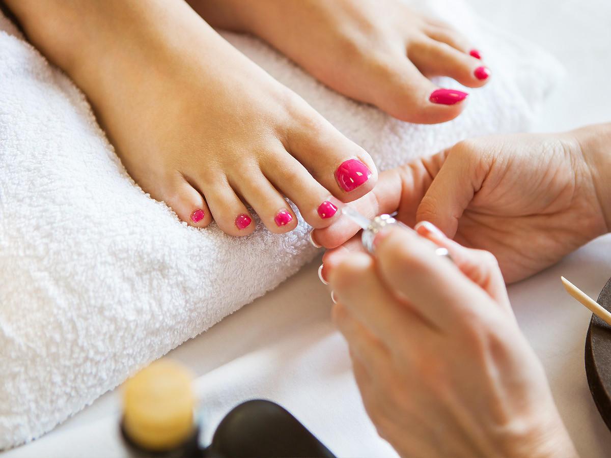Różowy lakier hybrydowy, pedicure u kosmetyczki