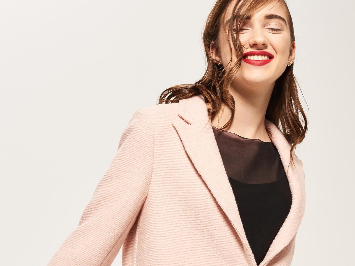 Różowy płaszcz na teraz/fot. reserved.com