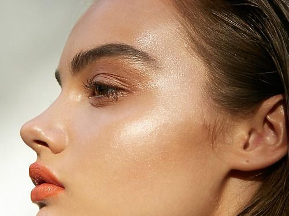 rozświetlony makijaż twarzy
