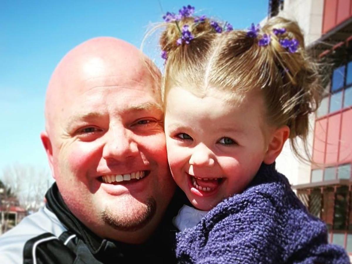 Samotny tata uczy się fryzjerstwa dla swojej córki