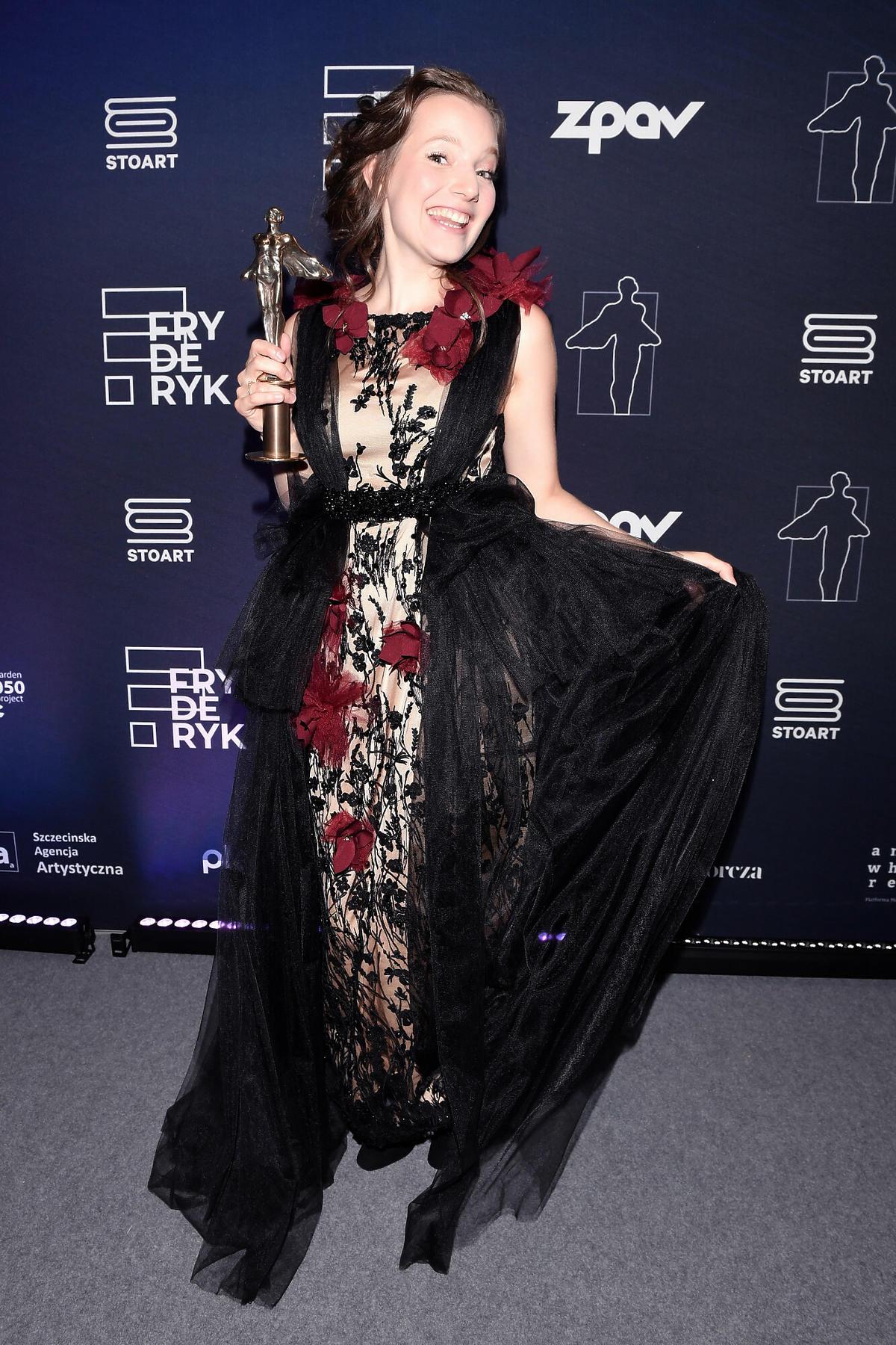 Sanah w czarnej sukience na ściance