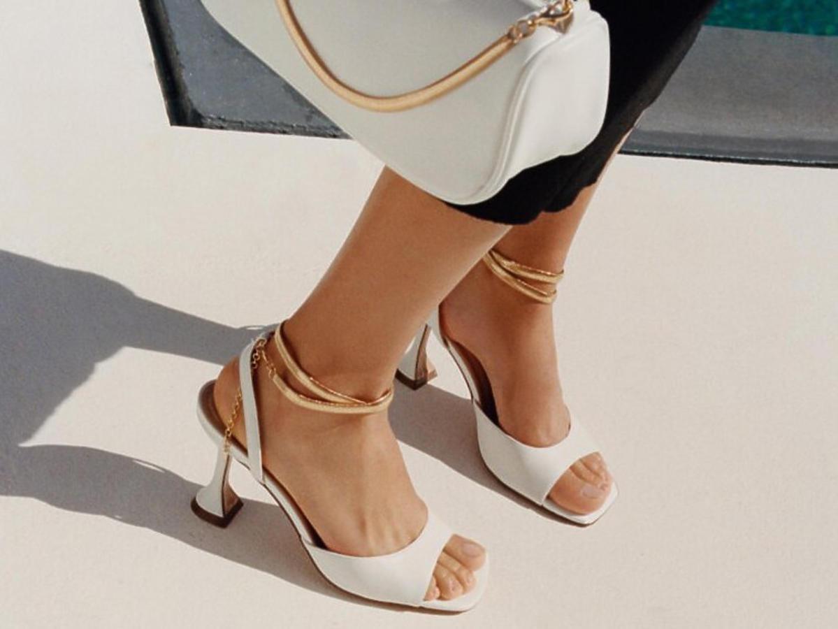 Sandały białe ze złotym łańcuszkiem z CCC, 129,90 zł