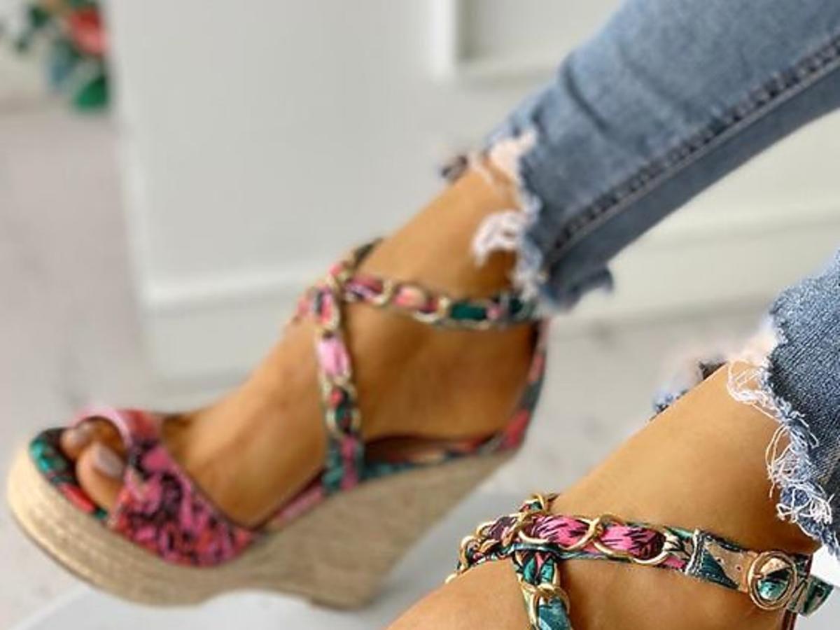 Sandały na koturnie w Biedronce - ten model to hit tego lata