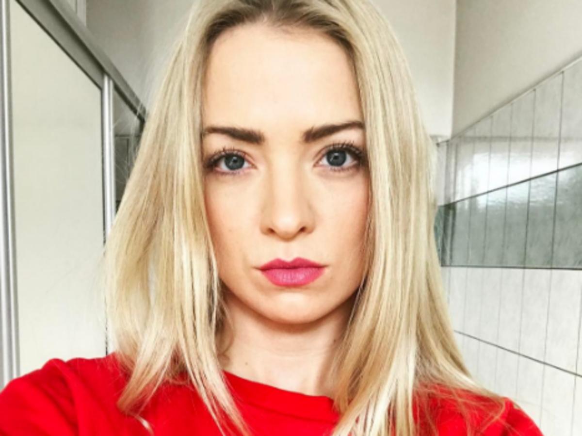 Selfie Basi Kurdej-Szatan w czerwonej bluzie