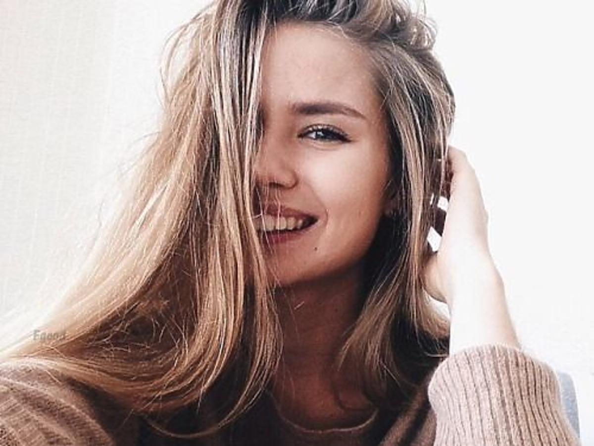 Selfie dziewczyny z neautralnym makijażem na twarzy i długimi włosami