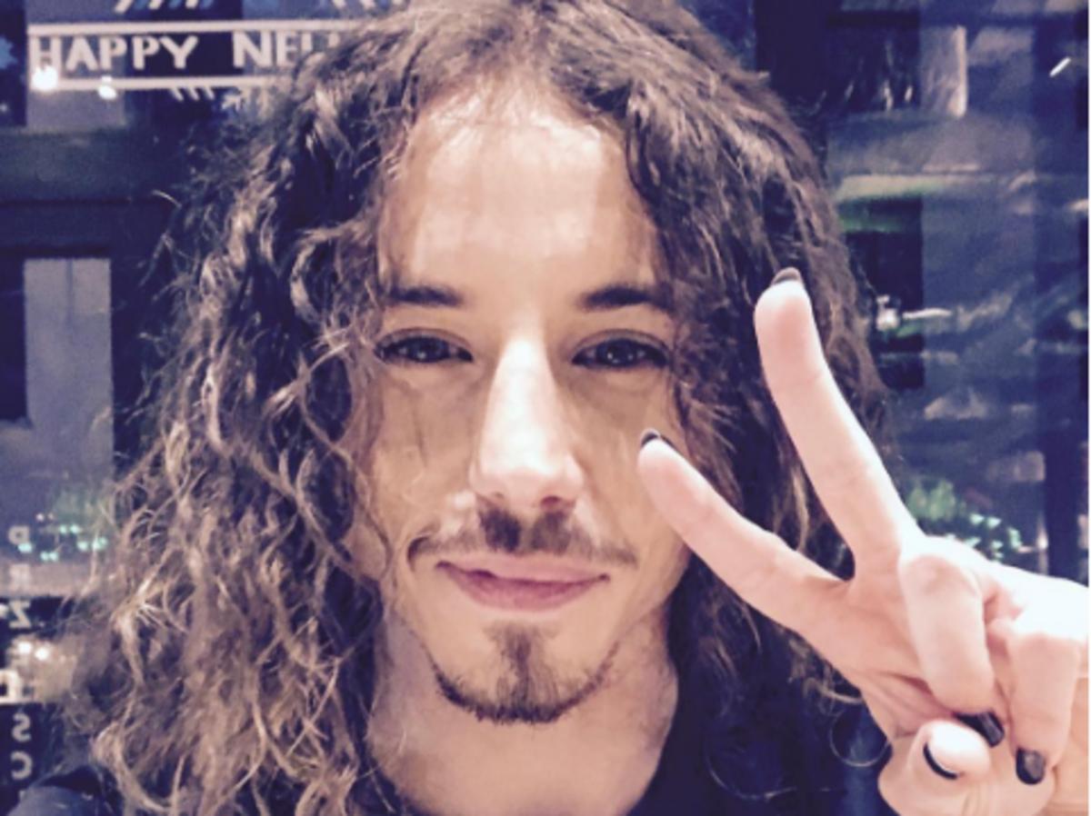 Selfie Michała Szpaka w długich, rozpuszczonych włosach