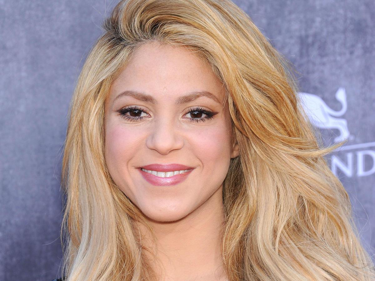 shakira makijaz włosy blondynka
