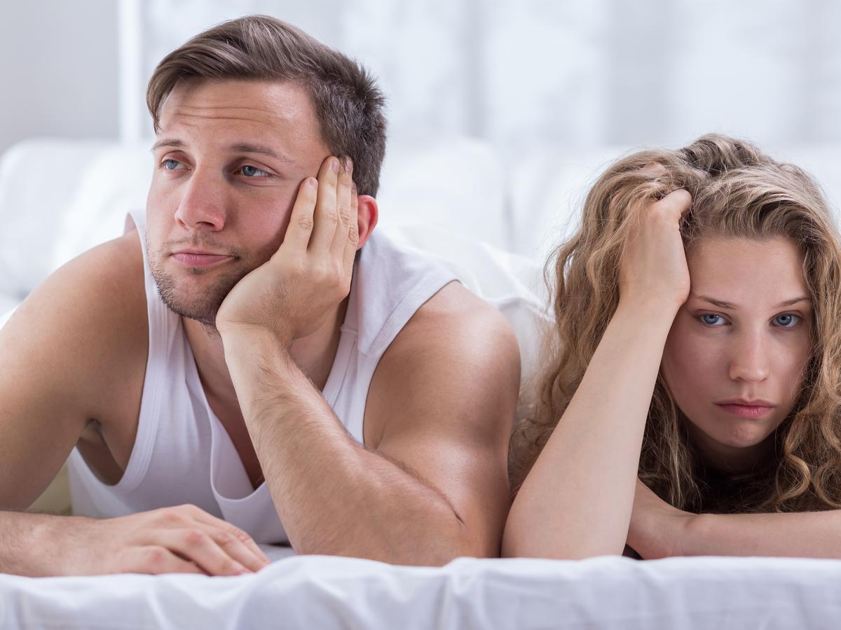 Smutna para w łóżku