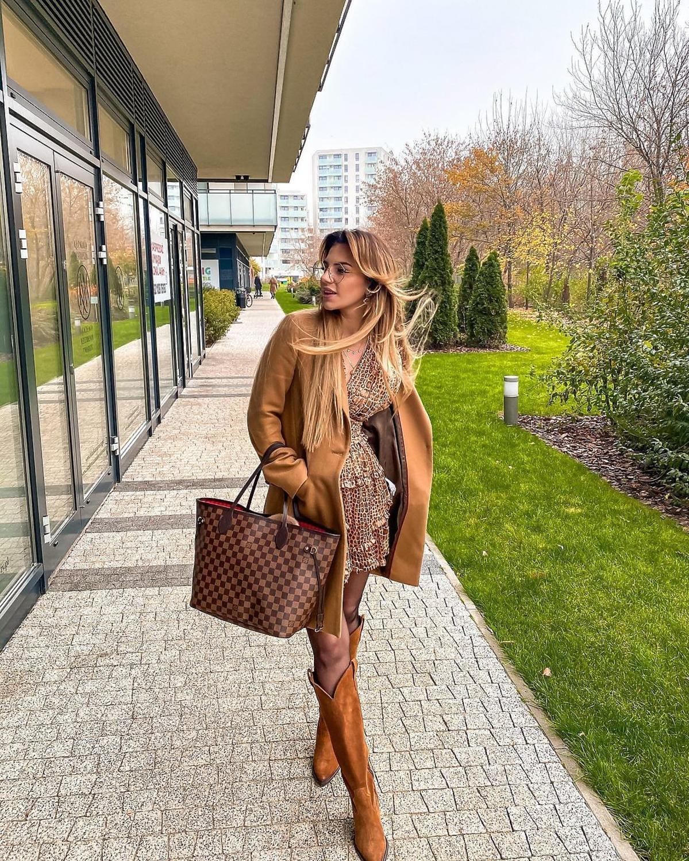 Sonia z Hotelu Paradise w płaszczu na jesień z Zary