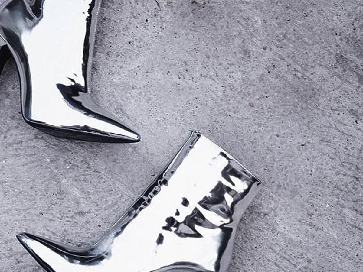 srebrne botki na szpilce w czub