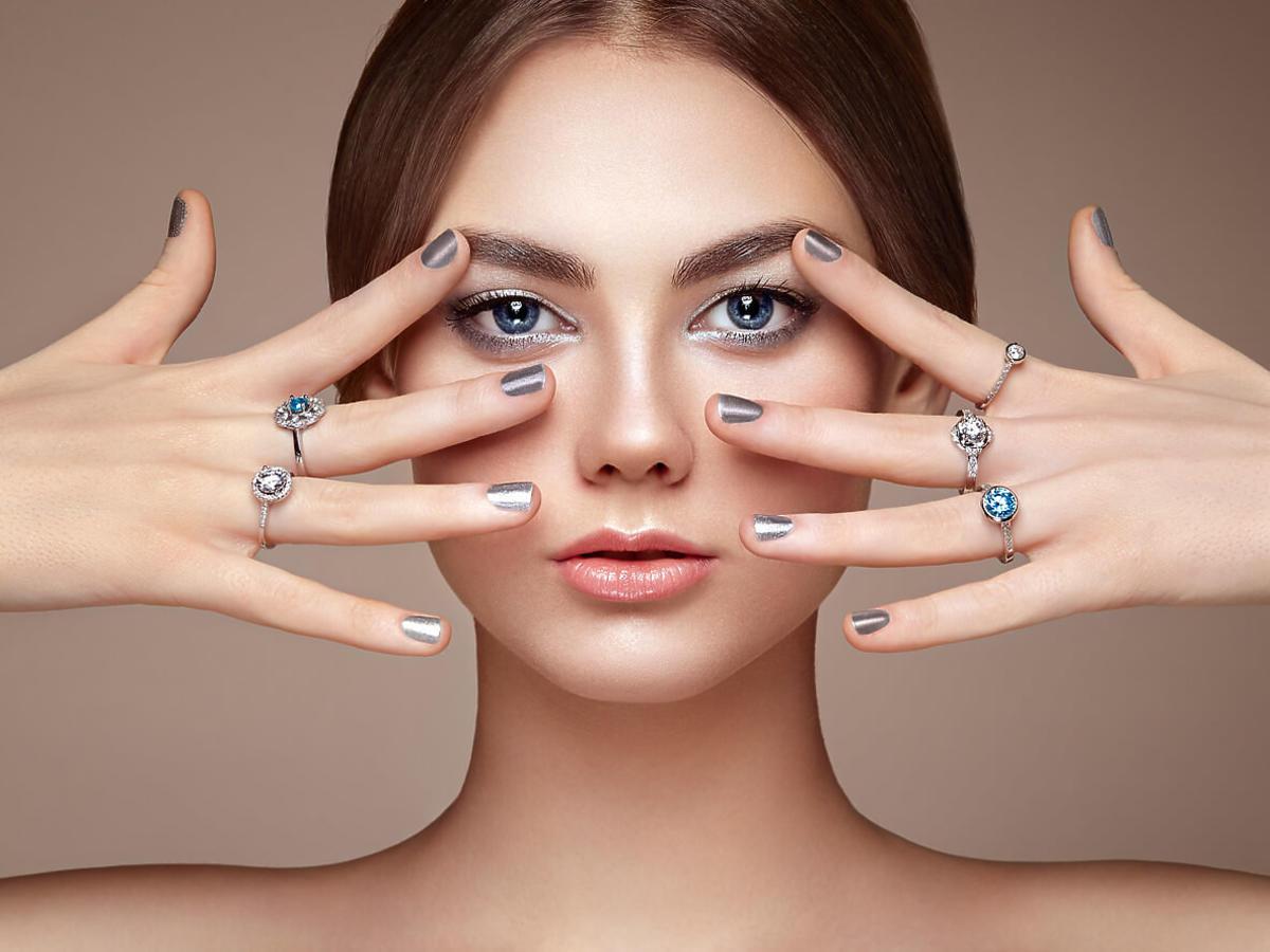 srebrne paznokcie