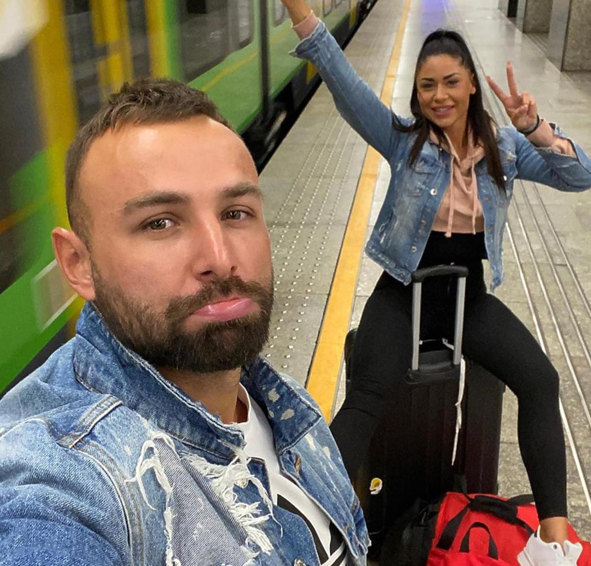 Stella i Piotr na peronie na walizkach
