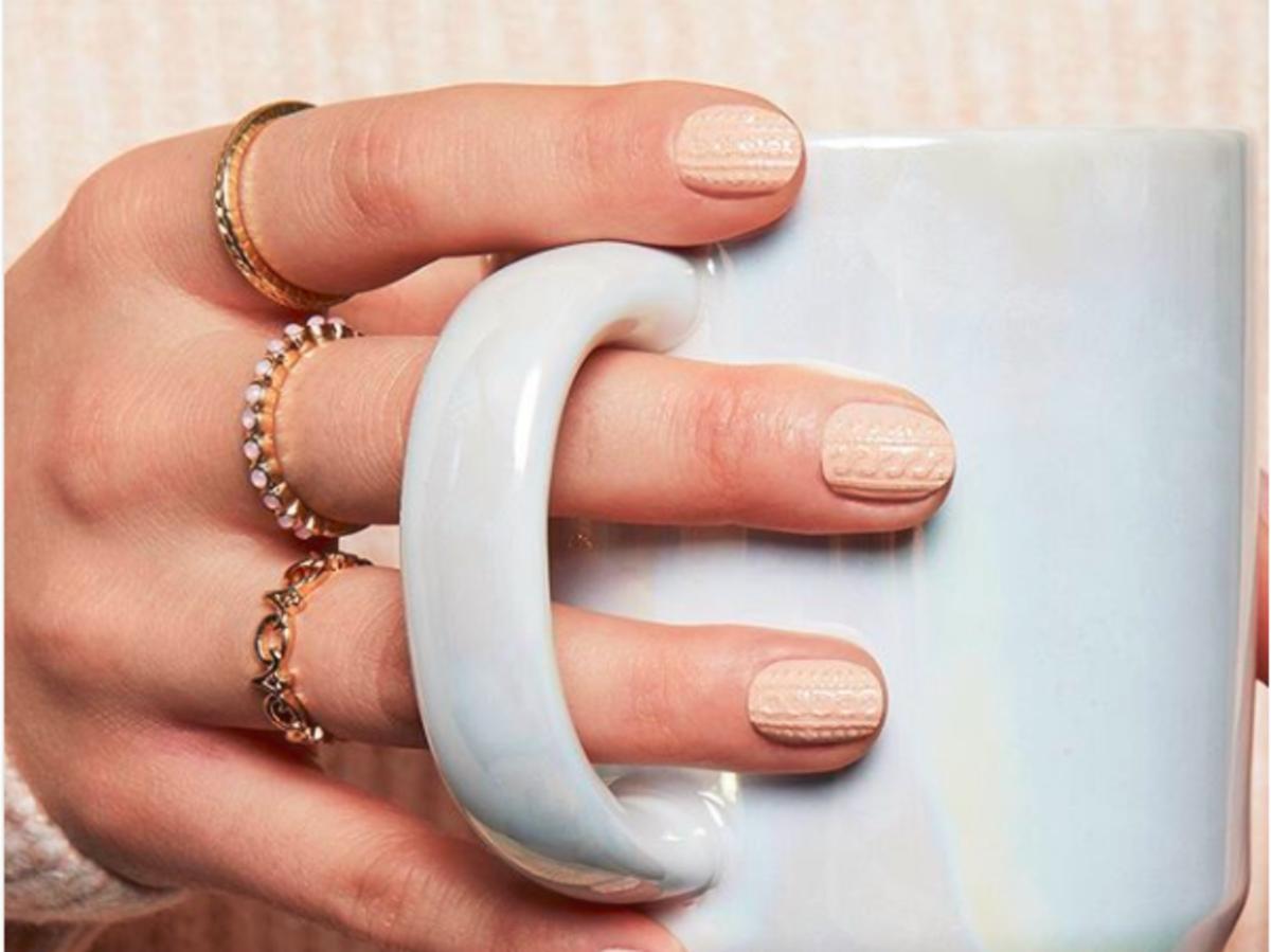 sweterkowy manicure -naklejki 3d design sally hansen