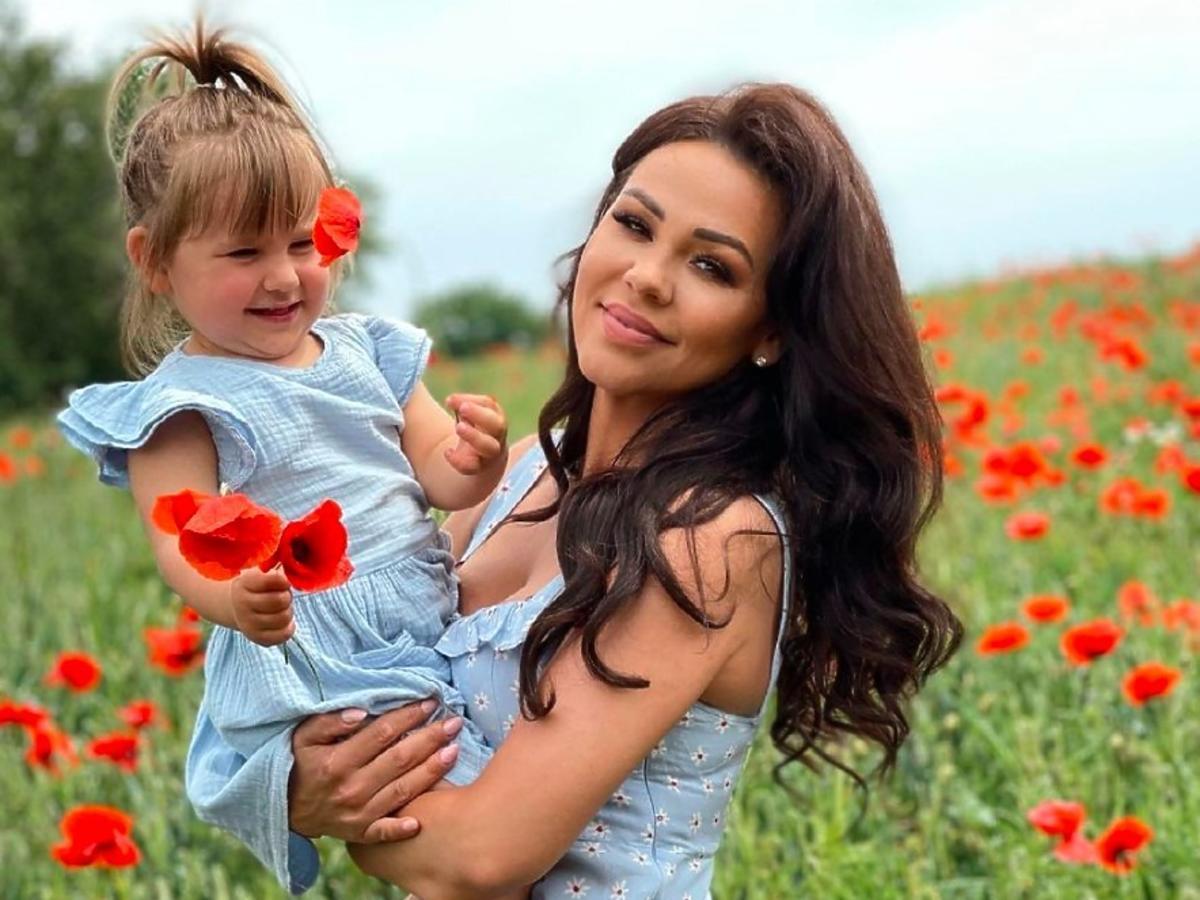 Sylwia Bomba z córką Antosią na polu maków
