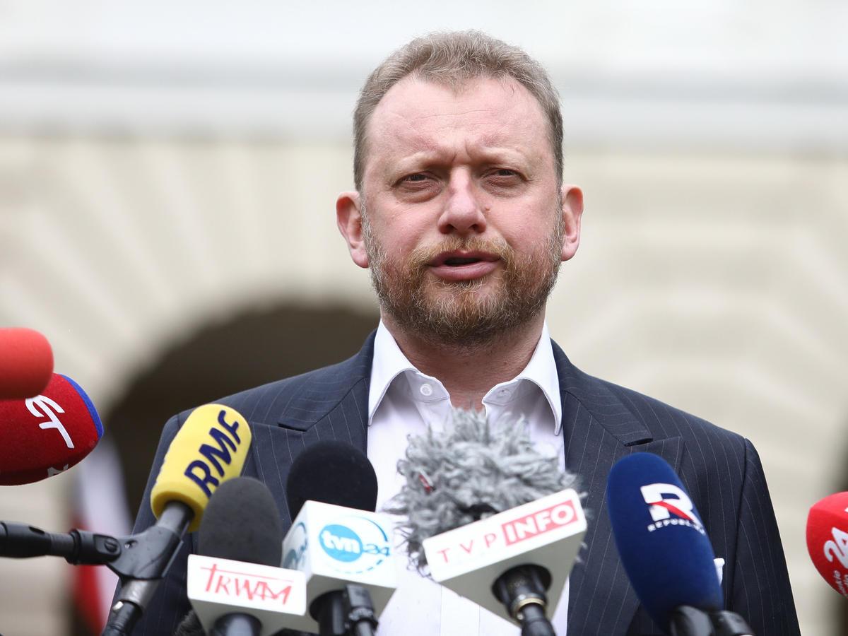 """Szumowski zapewnia, że można """"spokojnie rezerwować rodzinne wakacje"""""""