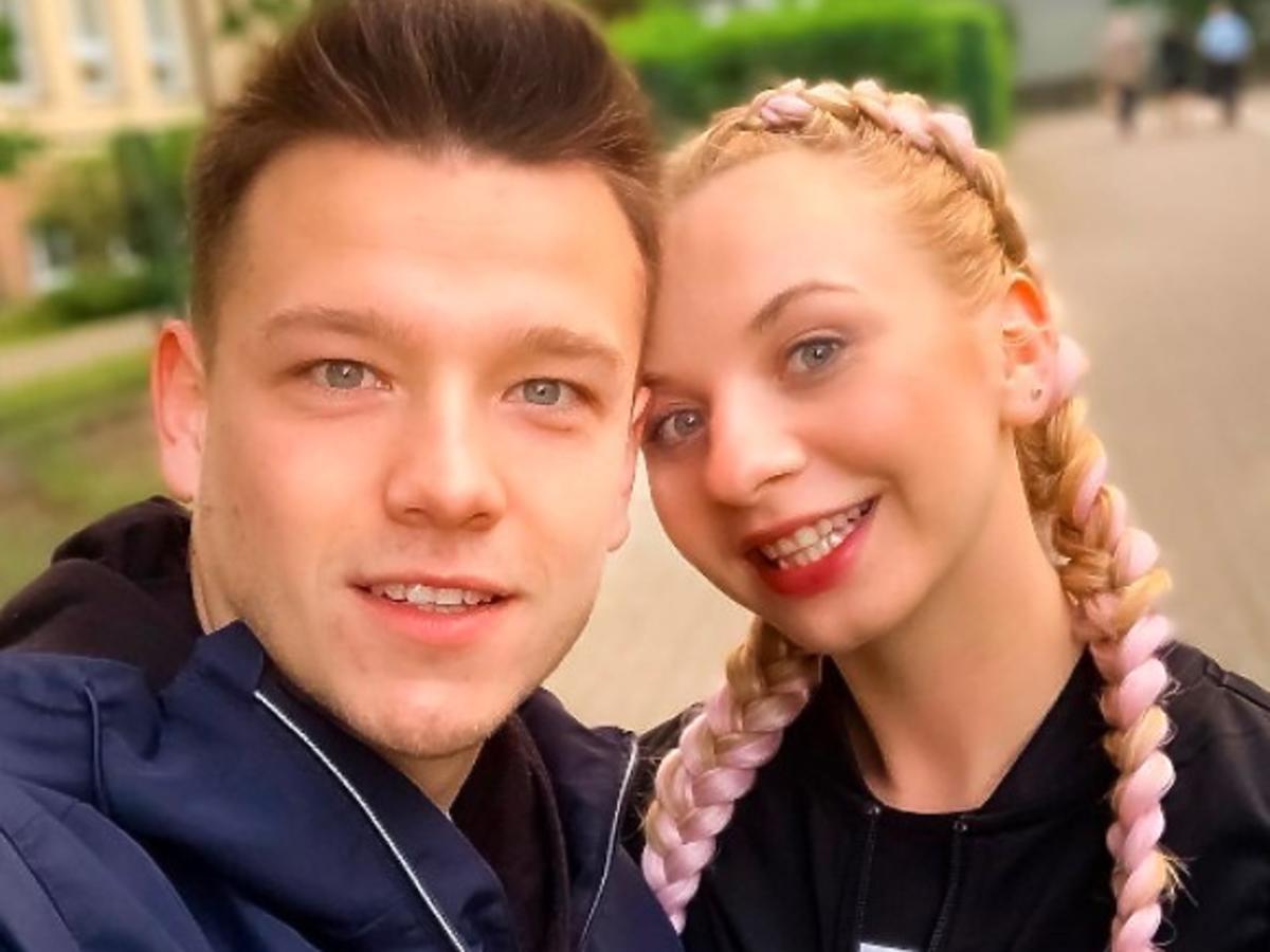 """Ta bluzka z Sinsay za 15 zł to hit Instagrama! Ernest Musiał z """"19+"""" już ją nosi"""