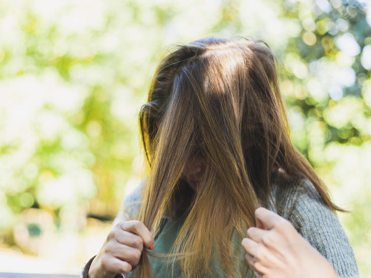Ta dziewczyna chciała mieć najtrwalszą fryzurę na świecie. Nałożyła na włosy… supermocny klej