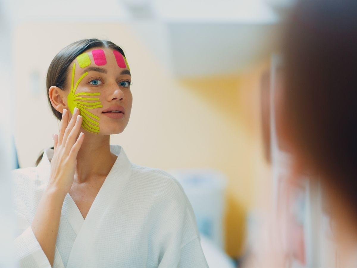 Taping twarzy - skuteczny sposób na zmarszczki. Na czym polega?