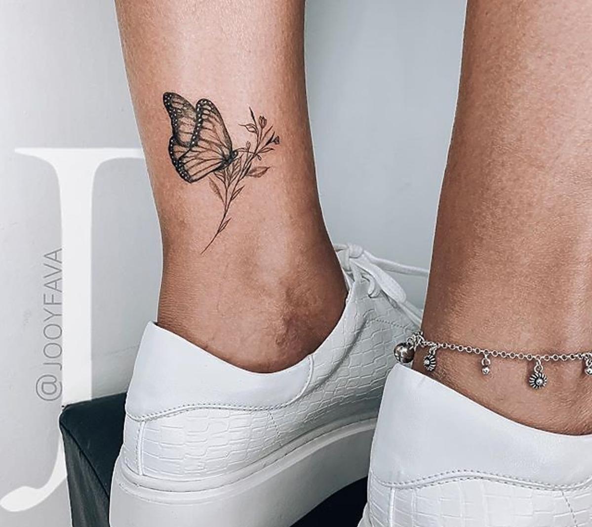 tatuaż na kostce motyl