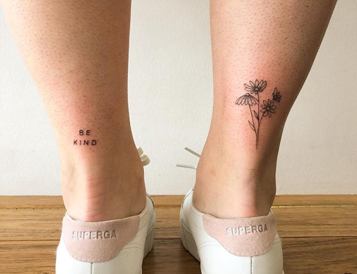 tatuaż na kostce napis