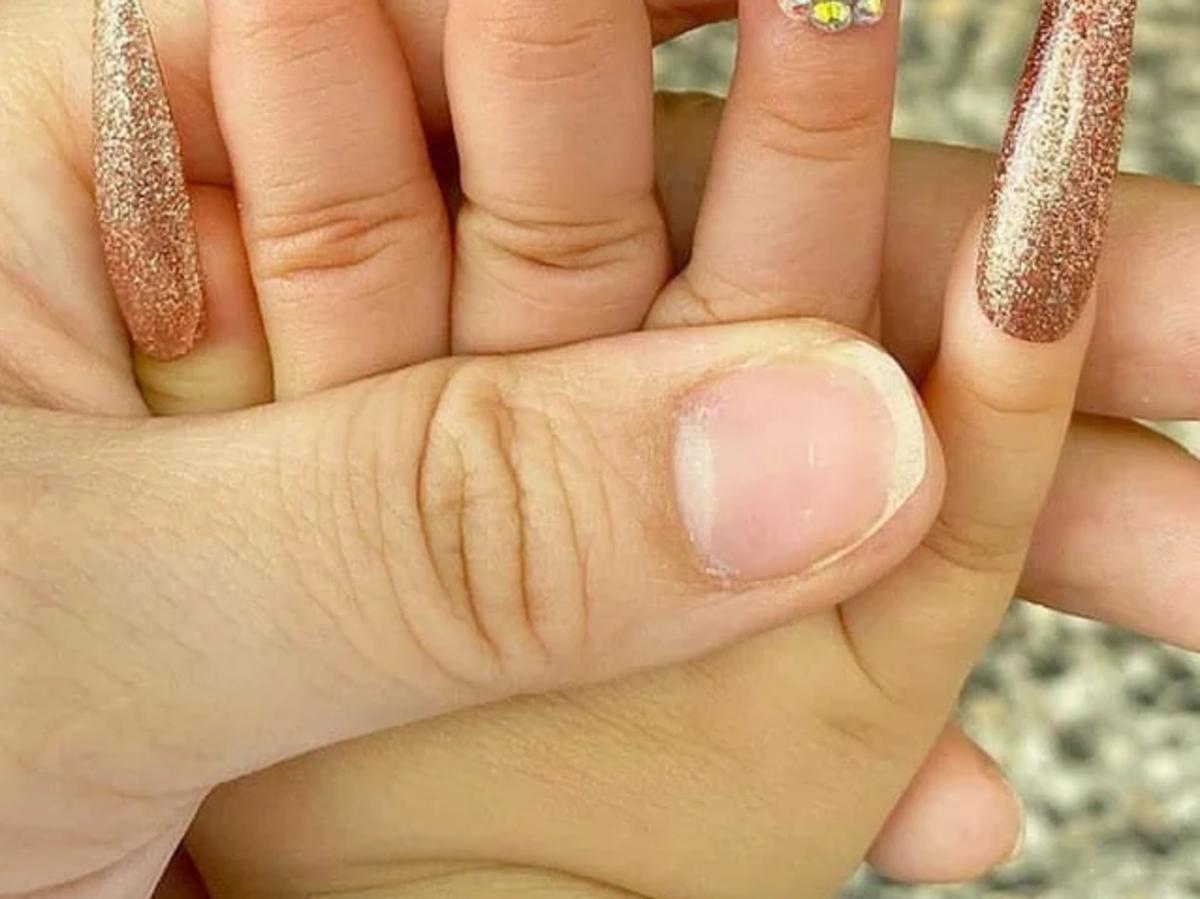 To zdjęcie oburzyło miliony internautów. Kobieta przedłużyła paznokcie kilkunastomiesięcznej córeczce