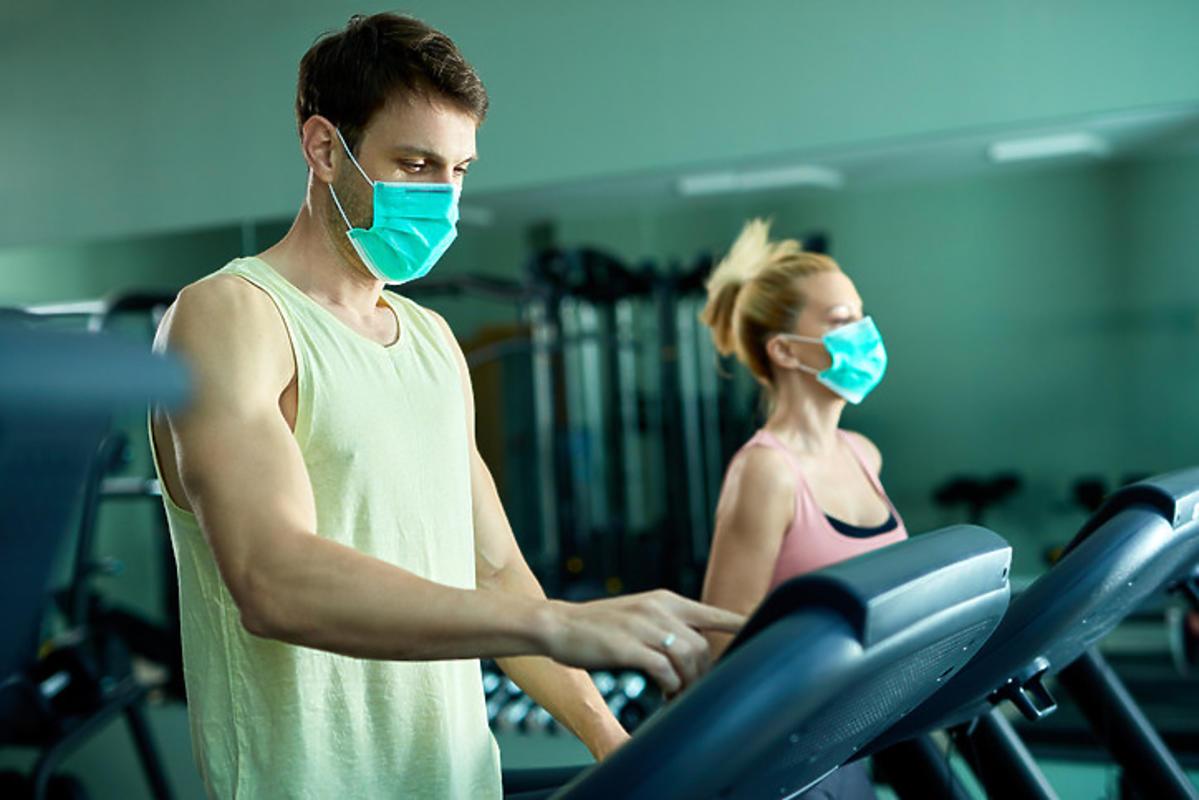 Trening na siłowni w maseczce