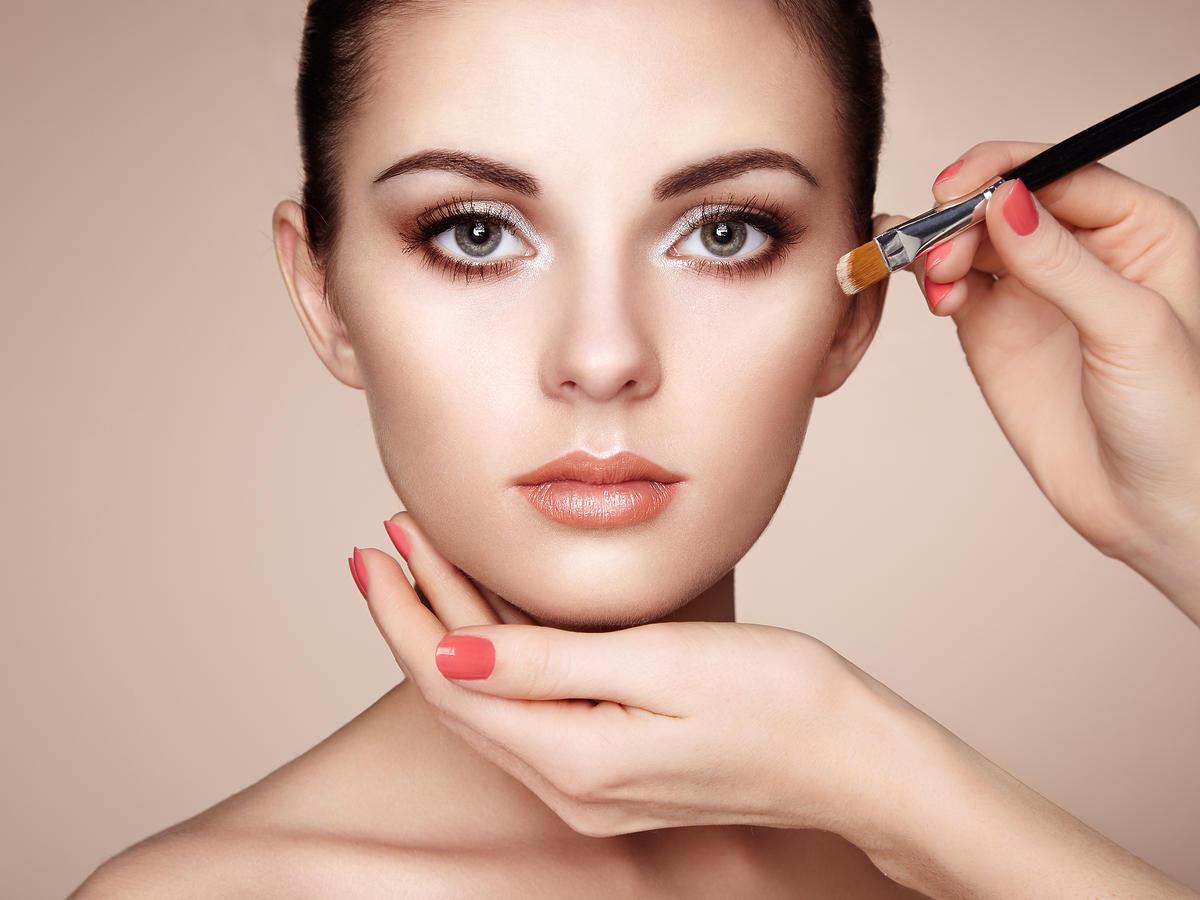 Twarz dziewczyny z bliska w delikatnym makijażu