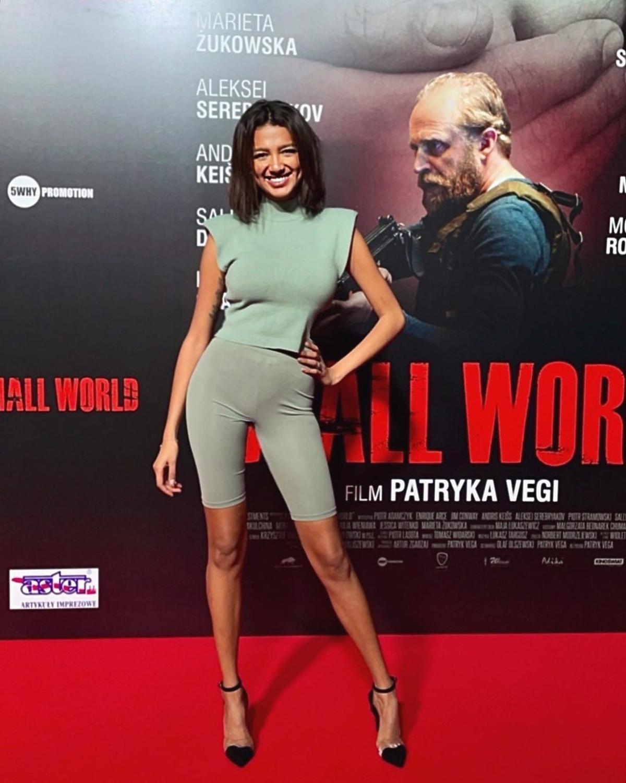 Waleria Szewczyk z Love Island w krótkich włosach na premierze filmu