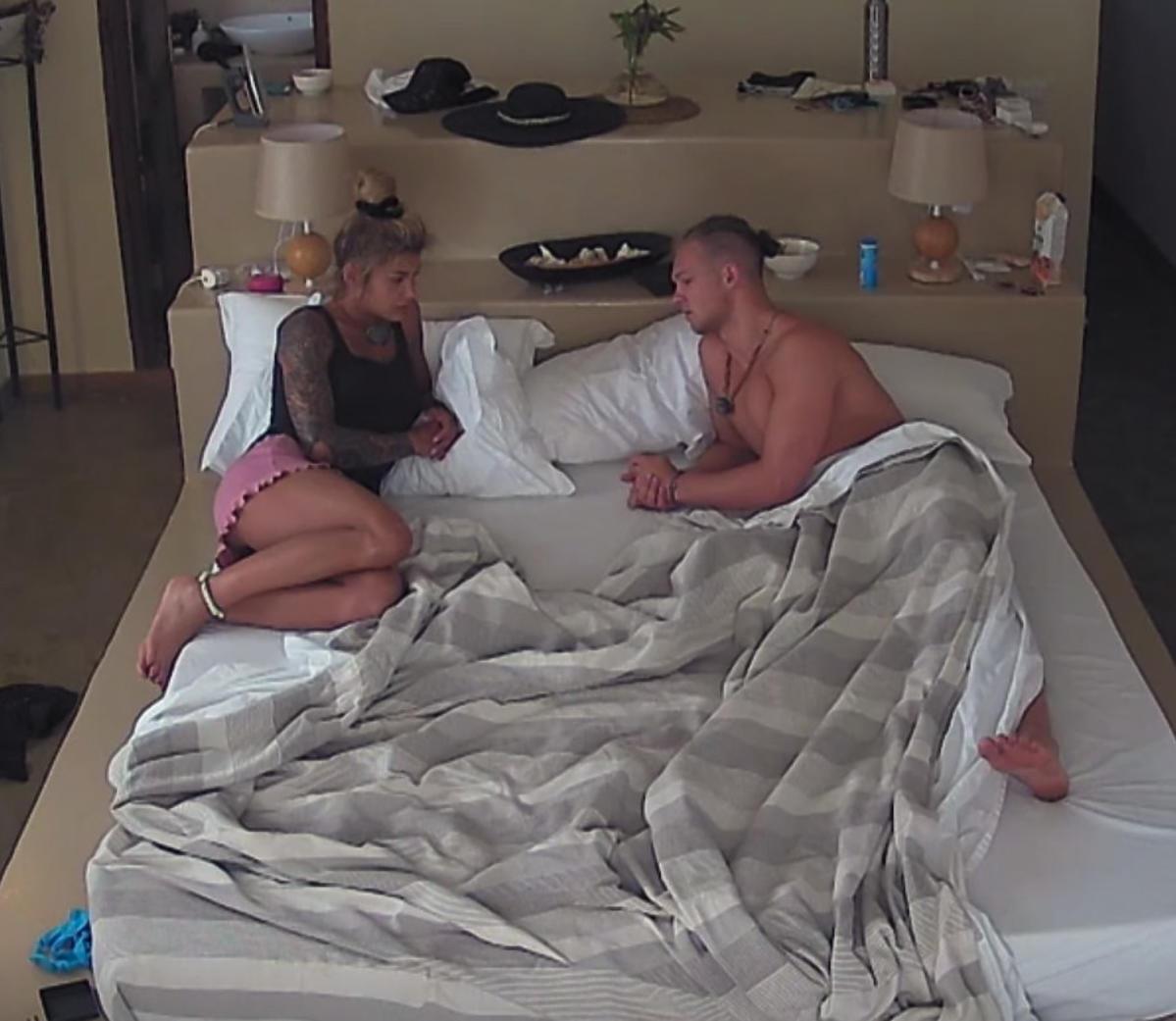 Wiktoria i Miłosz w jednym łóżku Hotel Paradise 4, rozmawiają