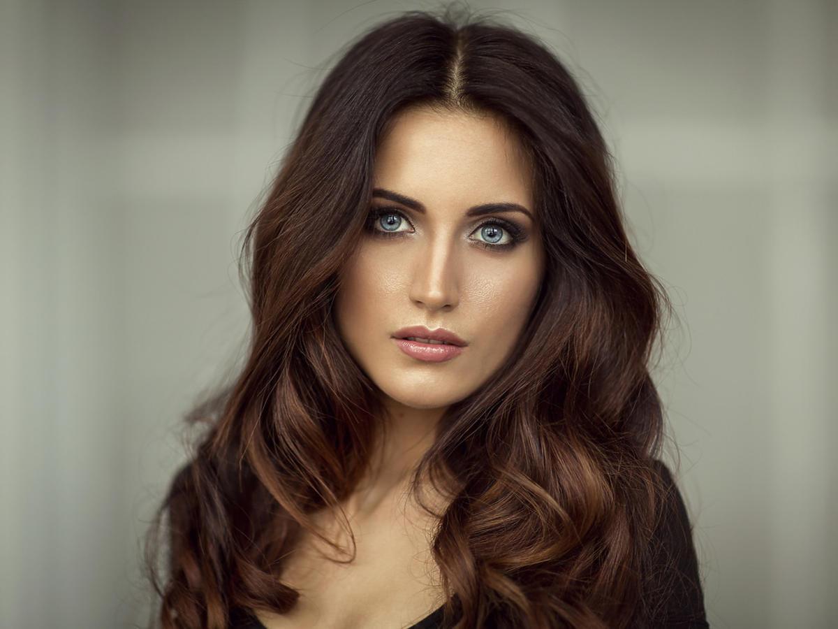 włosy ciemny brąz
