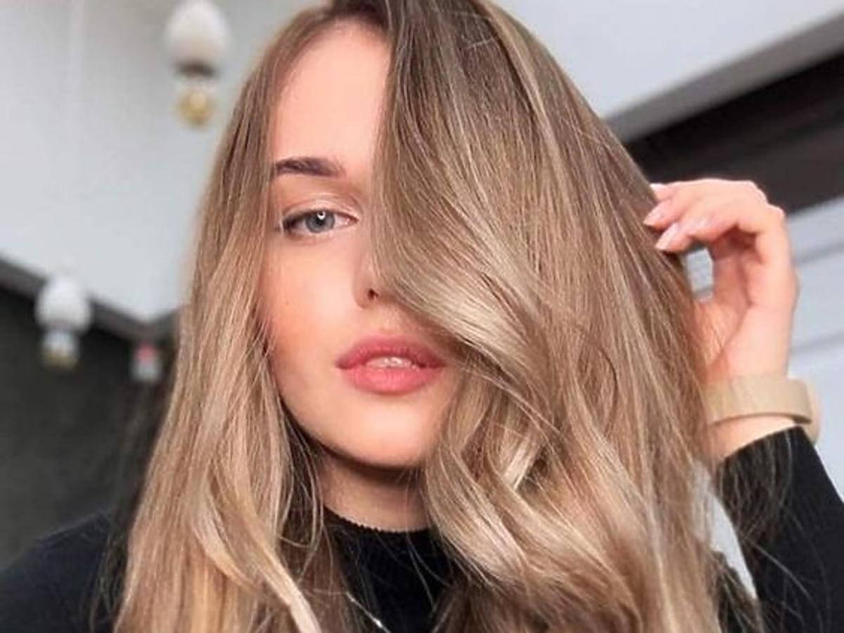 włosy pełne objętości po zastosowaniu pudru do włosów isana