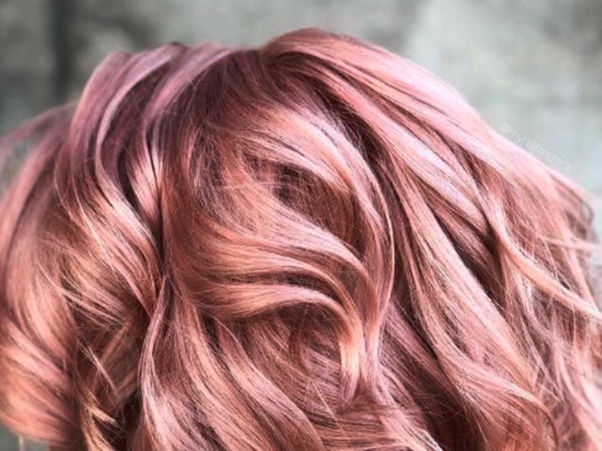 włosy w kolorze różowego złota