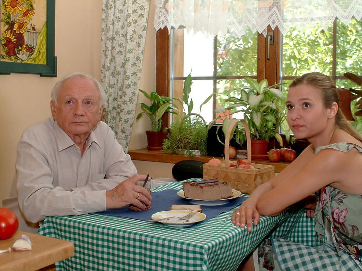 Zdjęcie z planu m jak miłość- joanna koroniewska i witold pyrkosz siedzą przy stole