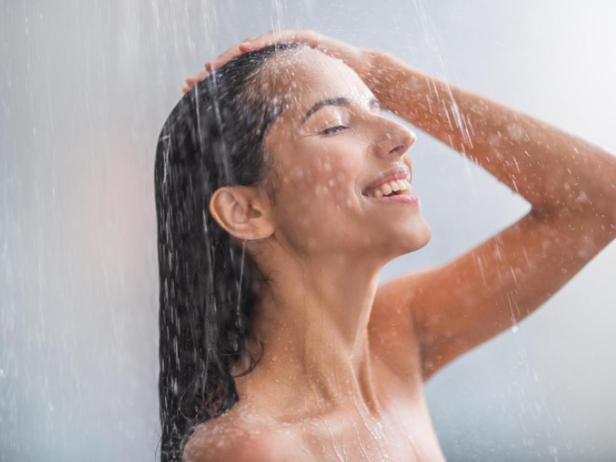 zimny prysznic zalety działanie na włosy na skórę odchudzanie