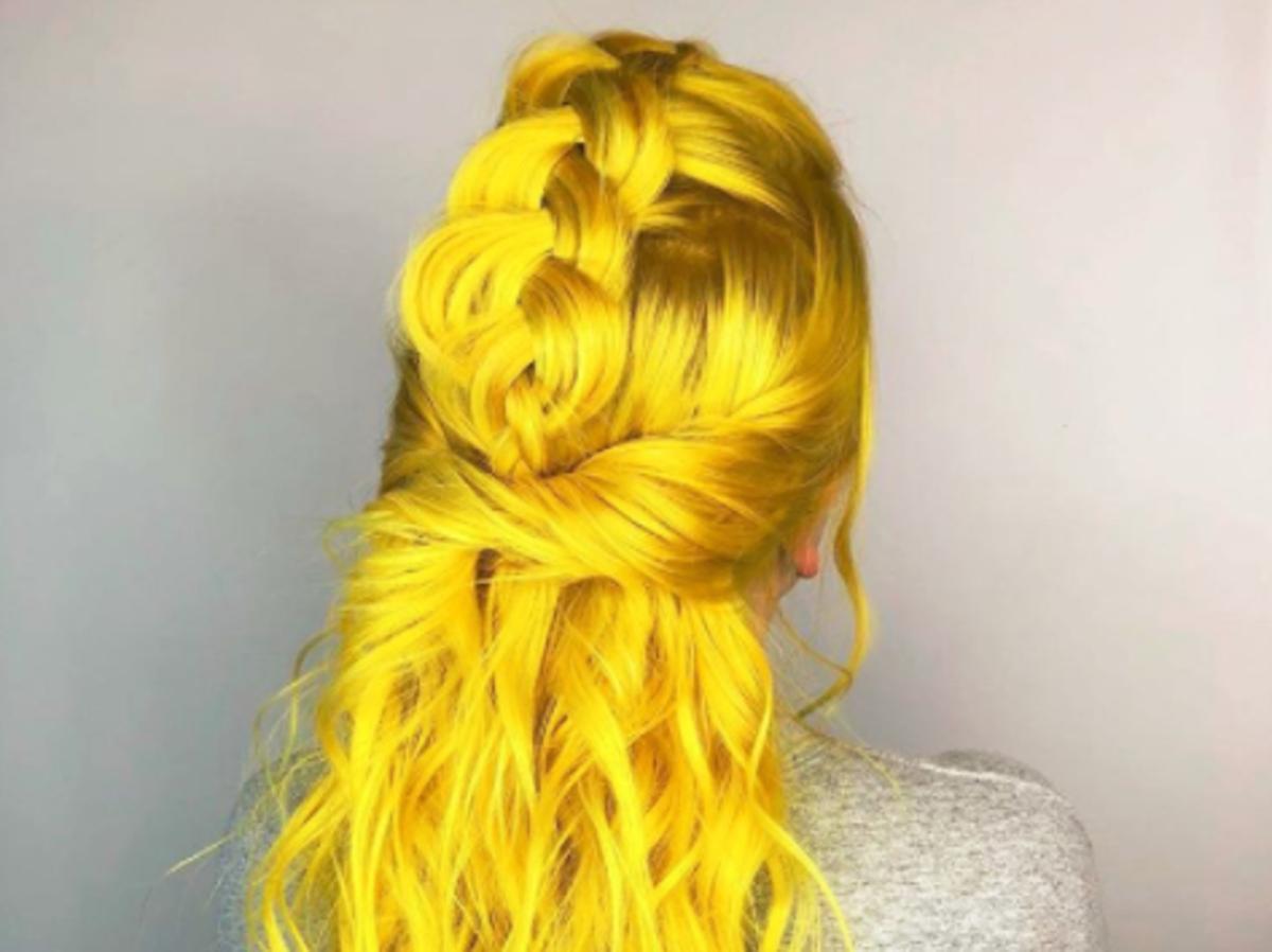 żółte włosy